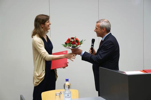 Dr. Dahm gives Ms. Ricarda Heck the award of the Stadtsparkasse Düsseldorf