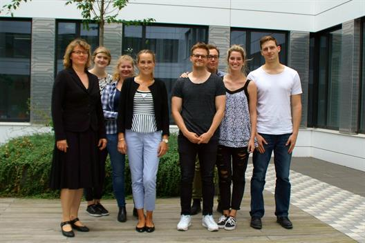 Lineup of students, Dr. Tatjana Steusloff and Dr. Theresa Pfennig