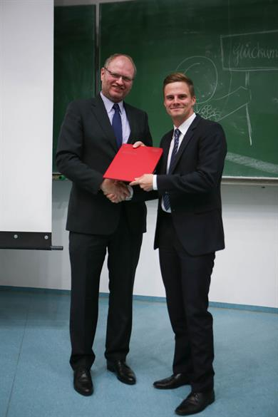 One sees Prof. Dr. Peter C. Fischer, Deputy Chairman of the Audit Committee, congratulating Mr Stefan Rüdiger.