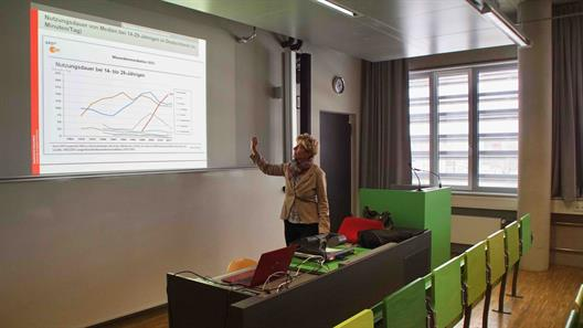 "Prof. Dr. Gerhards in her introductory lecture ""Bachelor Communication and Multimedia Management"" gave a lecture on ""How brands can use social influencers""."