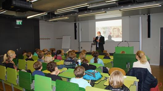 Didactically adept and prepared for children,  Prof. Dr. Freitag explained the history of money.